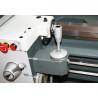 Avansul rapid pe longitudinala poate fi selectat cu un buton si o maneta de selectare