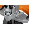 Este prevazut cu pedala de actionare a cilindrului hidraulic