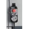 Este dotata cu manivela electronica cu buton de oprire de urgenta