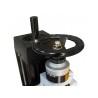 Coborarea motorului se realizeaza cu ajutorul unei manivele prevazuta cu scala metrica