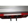 Manivelele pentru ajustarea inaltimii si unghiului axului frezor sunt pozitionate pe partea frontala a masinii