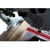 Este echipat standard cu dispozitiv laser pentru marcarea liniei de debitare