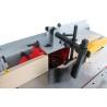 Freza este prevazuta cu capac de protectie cu ghidaj paralel din lemn