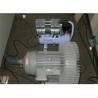 Este dotata cu pompa de vacuum pentru fixarea piesei de prelucrat pe masa de lucru